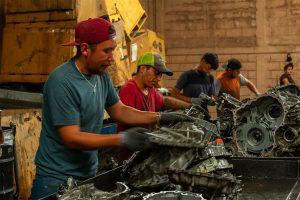 Desensamblaje de piezas en centro de recolección de residuos automotrices